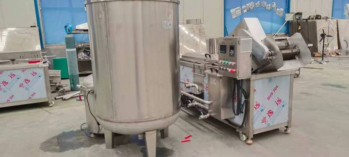 gas-heated frying machine with oil tanks
